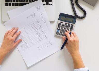 El uso de derivados financieros puede ayudar a administrar el riesgo ante movimientos en el mercado.